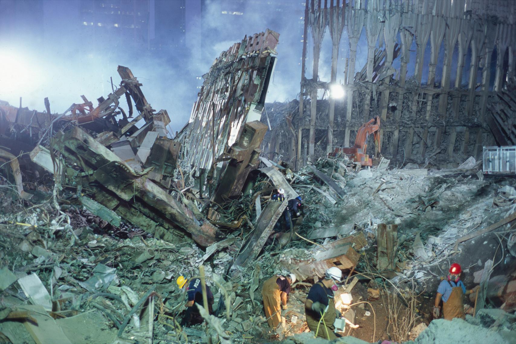 joel_meyerowitz_searchers_in_rubble