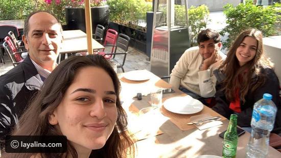 شاهد ابن هشام سليم المتحول جنسيــ ــا يلفت الأنظار بظهوره الأول مع شقيقتيه في صورة عائلية
